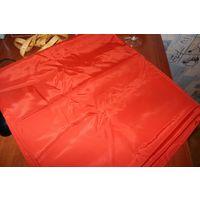 Большой кусок красной ткани типа плащевки.