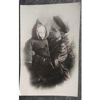 Папа с ребенком. Фото 1930-х? 8х12 см.
