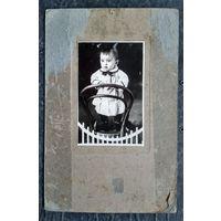 Ребенок на стуле. Из фото семьи Рымашевских. 1929 г. На картоне. 9х13 см