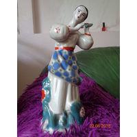 """Фарфоровая статуэтка """"Девушка с гроздью калины"""" (Калинонька) *БЕЗ ДЕФЕКТОВ*  *БЕЗ ТОРГА*"""