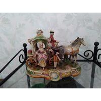 """Фарфоровая статуэтка """"Карета, дама и кавалер"""". Двойка лошадей, кучер, экипаж, карета с лошадьми. Фабрика Lippelsdorf. Клеймо . Вторая пол. 20 в."""