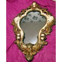 Зеркало в гипсовой раме с ангелами.