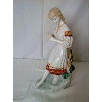 Статуэтка Девушка с ромашкой 15*10*30 Полонский з-д художественной керамики 70-е годы