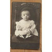 Фото девочки на стуле. г. Майкоп. До 1917 г. 6х10 см