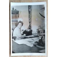 Фото из СССР. Женщина за пишущей машинкой. 8.5х13 см.