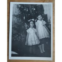 Девочки у елки. Фото 1960-70-х. 9х12 см.