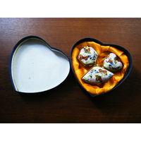 Подарочный набор миниатюрных шкатулок в коробки в форме сердца. Фарфор. Метал.