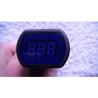 Цифровой вольтметр показывает напряжение батарей в автомобиле. распродажа