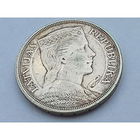 KM# 9 5 LATI 25.0000 g., 0.8350 Silver 0.6711 oz. ASW, 37 mm.