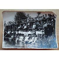 "Групповое фото на мосту возле дома отдыха ""Ждановичи"". 1951 г. 11х16 см."