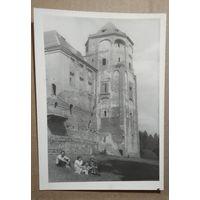 Фото у Мирского замка. 1970-е. 13х18 см.