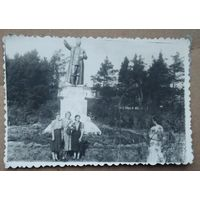 Фото у памятника Ленину в д/о Ждановичи. 1951 г. 8.5х12 см