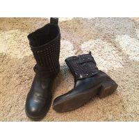 Модные стильные ботинки STRATEGIA на 38 размер, из качественной натуральной кожи, стильно украшены металлическими заклепками. Покупала за шестьсот долларов. Состояние б/у вещи, можно поменять набойки.