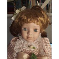 Красивая фарфоровая кукла