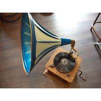 Граммофон начала 20 века США. рабочий, пластинок куча, иглы