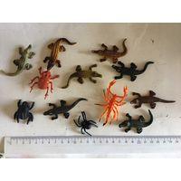 Фигурки не киндер небольшие Животные крокодилы пауки 12 шт набор