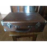 Старый советский небольшой фибровый чемоданчик СССР.