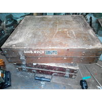 Старый крепкий ящик под инструмент