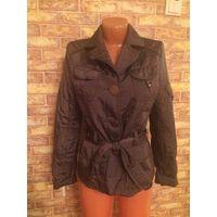 Стильная куртка на 42-44 размер красивого шоколадного цвета с перламутром. Весна-осень. Длина 59 см, длина рукава 65 см + подразумевается его закасать, ПОгруди 47 см, ПОгруди 41 см. На поясе.