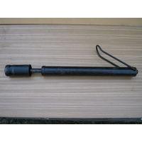 Древний советский  насос с ещё  железной  ручкой.полностью  рабочий,шланг  в  наличие.