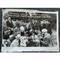 Фото встречи партизан. Деревня Рудня. 1958 г. 18х24 см.