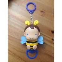 Развивающая музыкальная подвеска Пчелка. Очень классная, любимая игрушка ребенка). До года постоянно засыпали даже под нее.