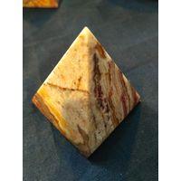 Пирамида из мраморного оникса. 4см.
