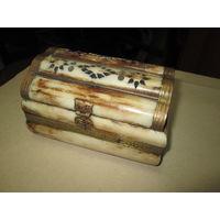 С 1 рубля!Шкатулка из кости с латунными накладками и прорезным орнаментом.