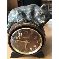 Часы Молния,Медведь на бочке! на ходу!