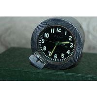 Танковые часы, времён СССР, заводятся, работают при определённом положении корпуса в пространстве.
