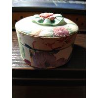 Шкатулка из картона отделка тканью с цветочным рисунком.
