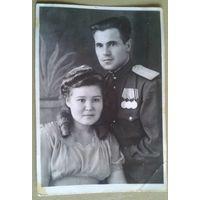 Фото военного (Новиков П.А.?) с наградами и женщиной. 1940-е. 7.5х11 см.