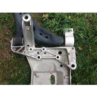 Golf 6 1.4 TSI  Кронштейн крепления двигателя правой подвески 1K0199296E