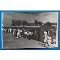 Фото из СССР. Посадка на поезд. 1950-е. 9х14 см
