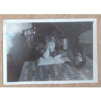Фото девочки с книгой. 1960 г. 9х13 см