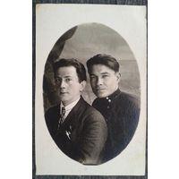 Фото на память другу и товарищу. 1930-е. 9х14 см.