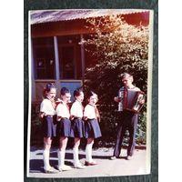 """Фото в пионерском лагере """"Сосновый бор"""" (Зеленое) 1973 г. 14.5х19.5 см"""