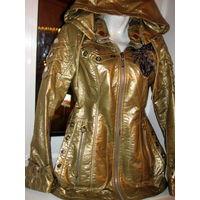 Стильная золотая курточка с нашивными украшениями