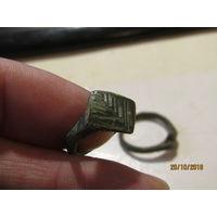 Кольцо-перстень с символом растения.