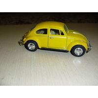 Модель 1967 года Volswagen Classical Beetle Масштаб 1/32 (Кинсмарт). Двери открываются.