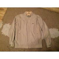 Стильная мужская куртка на 46-48 размер примерно, очень классная курка. Демисезонная. Двусторонняя, вторая сторона - штрокс. Бу, состояние нормальное. ПОгруди 55 см, длина 69 см, длина рукава 63 см.