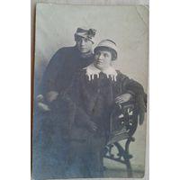 Фото. Две дамы в шляпках. 1921 г. 8,5х13,5 см.