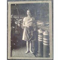 Фото. Девушка на производстве. 1920-30-е. 8х11,5 см