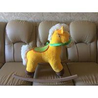 Конь качалка с доставкой до подъезда, в хорошем состоянии. Очень удобный, широкое сидение, безопасный для малыша. Состояние хорошее. Единственное на деревяшке малышка оставила автограф). Я не стирала.