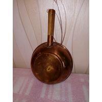 Старая медная посуда ковш на 0,75 л,  28 см длина, 17 см диаметр.