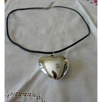 Кулон сердце, пластик, гальваническое покрытие (зеркальное) 4х3.5 см, на кожаном шнуре 45 см длины.