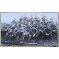 Военный юмор. Групповое фото с большой Звездой Героя. 1950-е. 15х8,5 см