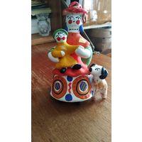 Дымковская игрушка Барыня с собакой и ребенком