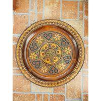Настенная деревянная резная тарелка / диаметр 30 см