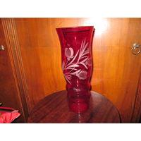 Ваза рубиновое стекло,высота 31 см.